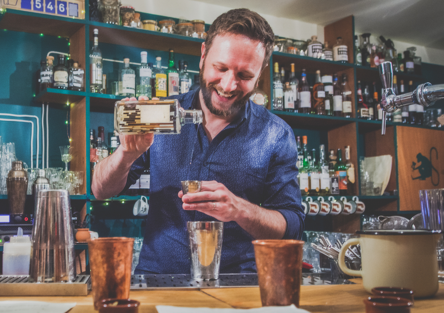 barman heure du singe cocktails bar