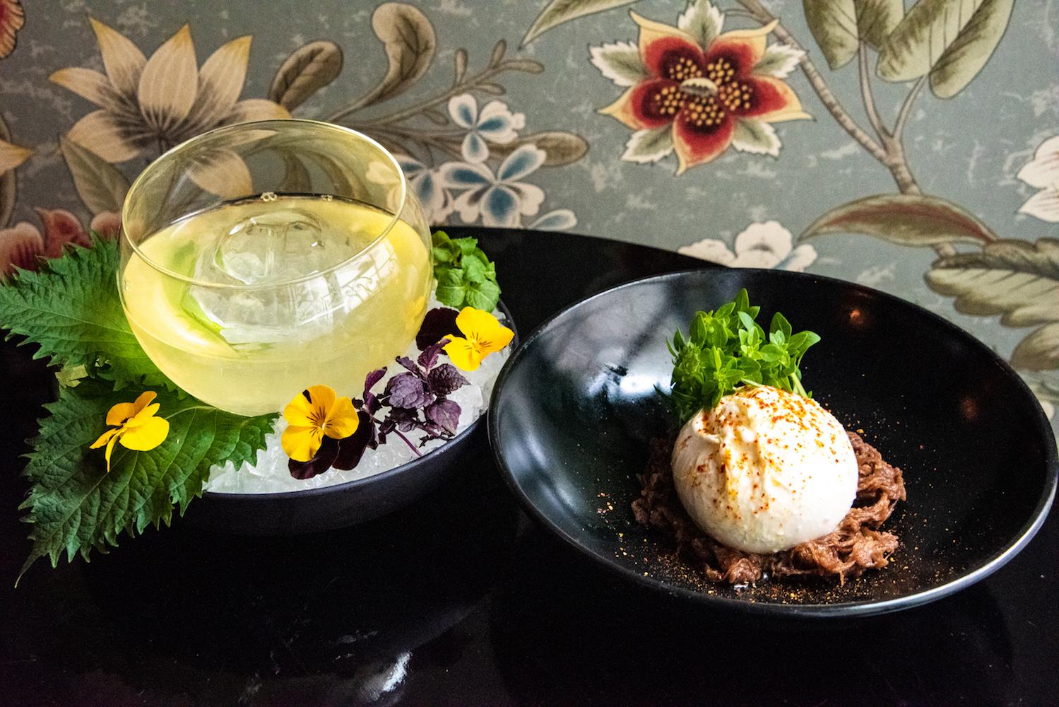 Cocktail Mahatma Chai et Burrata accompagnée d'une purée d'oignons à la chicorée