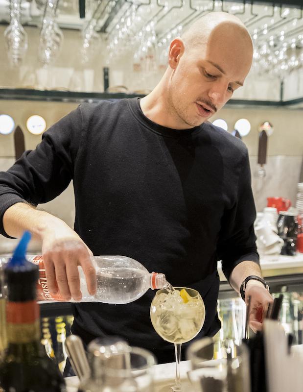 barman aux douze apotres bar strasbourg restaurant